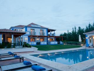 Luxury 5 Bed Villa with Sea Views & Pool House, Olhos de Agua