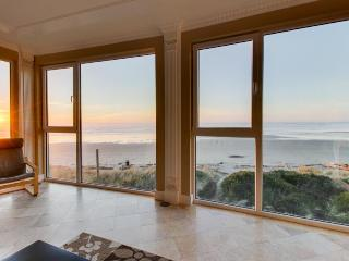 Gorgeous oceanfront condo with great sea views, shared hot tub, beach access, Rockaway Beach