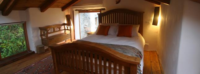 Kinds size bed in the loft bedroom