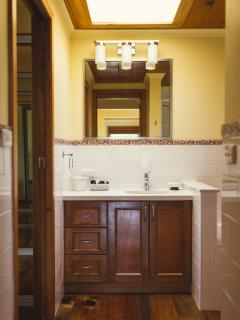 Kushu Cottage - Brand new , spotless bathroom & chef's kitchen