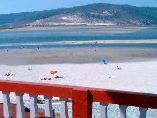 Al pié de la casa, una playa tranquila en la desembocadura del rio Anllóns