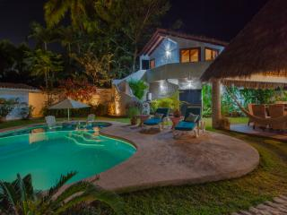 Chic 4 bedroom with pool, 3 minutes to the beach.
