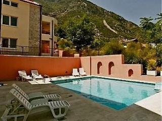 2 bedroom flat  private balcony wifi & shared pool, Prcanj
