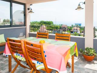 Happy sunny 3  bedroom apt. with seaview, Podstrana