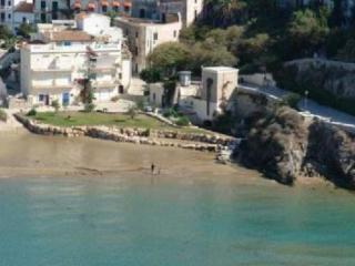 nel borgo antico, pedonale, a pochi passi dal mare...