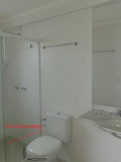 Box - porta livre 70 cm de largura e trilho inferior/obstáculo de 2 cm de altura. Acessabilidade.