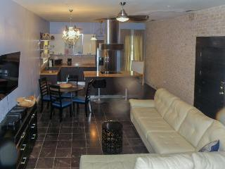 Modern, dog-friendly condo with a jetted tub & easy beach access!, South Padre Island