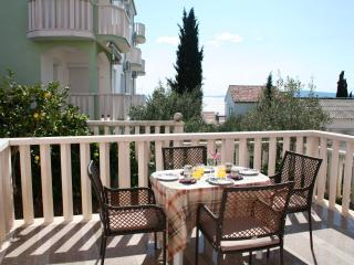 Seaview Terrace Apt, 200m to beach, Seget Vranjica
