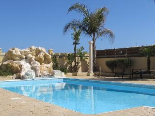 1 bedroom flat with wifi, pool & side seaviews