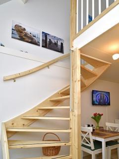De ruime trap naar de slaapetage.  De ruim bemeten trap 'loopt' erg gemakkelijk. Handgrepen aanwezig