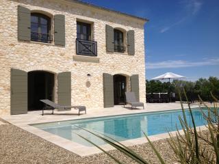 UZES(8km)  Villa en pierre , 4 chambres et piscine