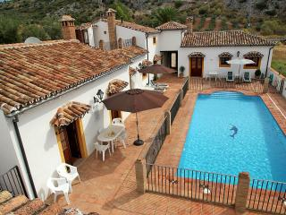 Poolside property sleeps up to 12, Montejaque