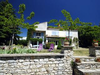 Maison à l'orée du village, vue sur le Luberon.