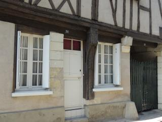 next to center and to Loire river, quiet, yard 1 to 6 p, Tours