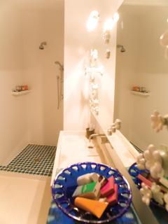 Particolare della doccia e dello specchio del bagno dei ragazzi