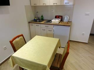 Apartment Ivo Makarska 1 for 2 with AC and parking