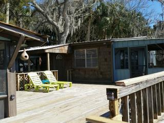 The Blue Heron - Waterfront 2 Bedroom & Patio