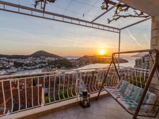 Magical Sunset Place - Three Bedroom Apartment with Balcony and Sea View