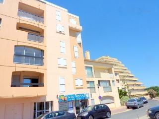 Colourful sea-view flat near beach, Ile du Levant
