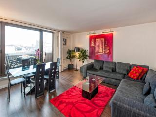 Bright 3BD/2BTH with A/C near Champs Elysées, París