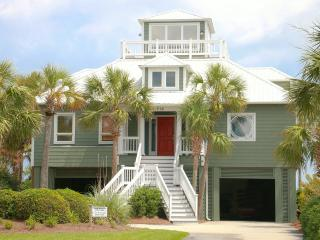 Oceanfront Home Beautifully Decorated with Viewing Deck, and Beach Access!, Isle of Palms