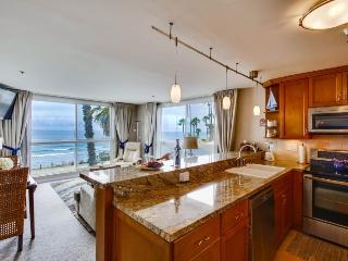 Casey's Ocean Front Corner Condo: Oceanfront, on the Boardwalk with community Pool, Hot Tub, WiFi and Bikes, San Diego