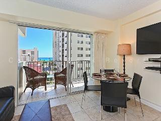 1 bedroom, central AC, pool; 5 min. walk to beach.  Sleeps 4., Honolulu