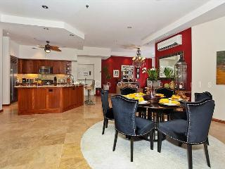 Big as a house! Large, luxurious 2 bed 2.5 bath condo with parking. Sleeps 8, Honolulu