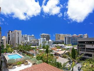 Four Paddle 1 Bedroom with AC, W/D, FREE parking, WiFi, walk to beach!, Honolulu