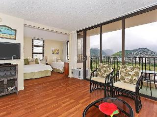 One-bedroom vacation rental with AC, WiFi, parking and short walk to beach!, Honolulu