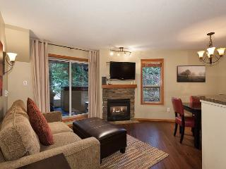 54 Glaciers Reach a 2br with hot tub & pool in Whistler Village