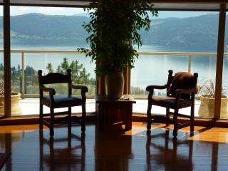 Private post and beam home w/ lake view and access, Kelowna