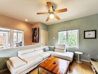 2BR/2BA Huge Discounts! Home Seconds To Rainey Street And Downtown!, Austin