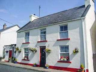 FLOWER POT COTTAGE, detached, enclosed patio, pet-friendly, shop and pub 1 min walk, in Dunkineely, Killybegs, Ref 933015