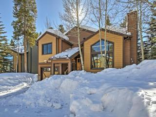 Magnificent 3BR Breckenridge House w/Wifi, Private Hot Tub, Spacious Deck & Ski-In Convenience off Peak 8 - 1 Block to Main Street, 2 Blocks to Gondola & Steps to the Bus Stop!
