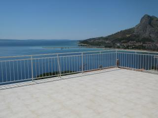Big terrace seaview apartment, Omis