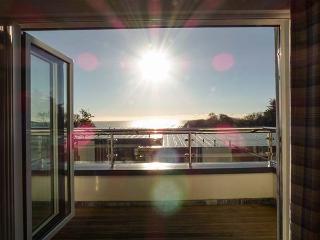 OCEAN RETREAT, WiFi, balcony, sea views, private beach, Charlestown, Ref 931091