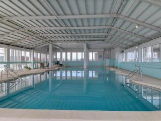 Seaside studio with shared amenities - including a pool- and a prime location!