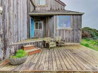 Custom home w/ sweeping ocean views. Walk to town & the beach!, Bandon