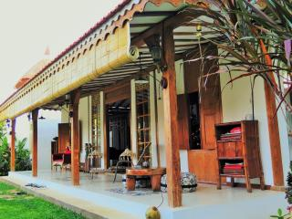 Lata Lama. Beautiful Vintage - Chic  Joglo house, Lovina Beach