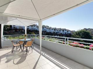Peaceful, sunny escape in central Reñaca w/ views - dog OK & shared pool!
