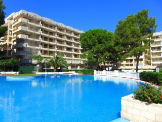 Apartamentos con amplia terraza y fantástica piscina.