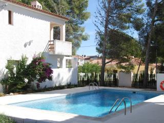 Tranquilos apartamentos con piscina y jardín. Ideal para famílias