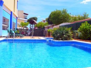 Apartamentos a 50 metros de la playa con piscina. zona residencial.