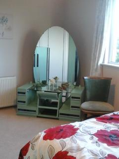 Green Queen Room (Double bed with art deco furniture)