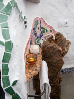 La cerámica estilo 'gaudiano' impera en este maravilloso cuarto de baño.