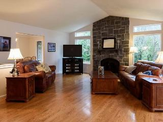 Roomy Corporate Retreat Near Downtown Kirkland – Sleeps 8