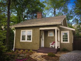 Corner Cottage, a Cozy and Private Retreat, Asheville