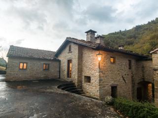 Aldea medieval en las colinas de la Toscana
