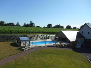 Gite restauree, piscine chauffee, terrain de tennis, proche Granville et plages